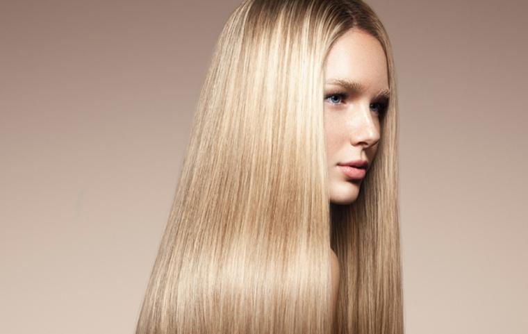 Nuovo taglio di capelli donna e colore biondo, acconciatura taglio lungo e liscio