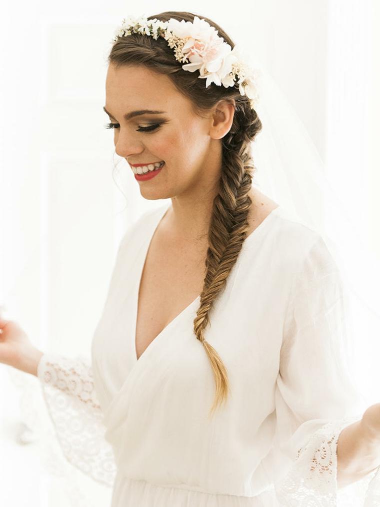 trecce a spina di pesce, un'idea pensata per la sposa, con treccia a lato e cerchietto di fiori