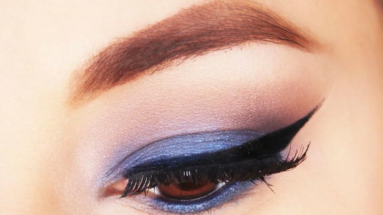 come truccare gli occhi marroni per le occasioni speciali: con dell'ombretto azzurro e dell'eye liner nero