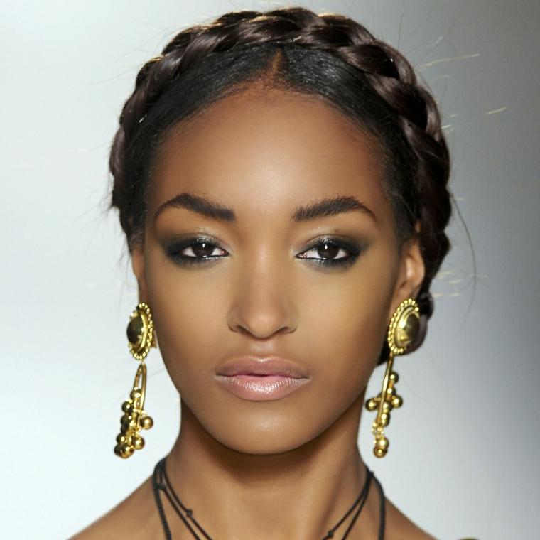 makeup per occhi color nero-marrone piccoli ingranditi grazie ad un ombretto chiaro scuro