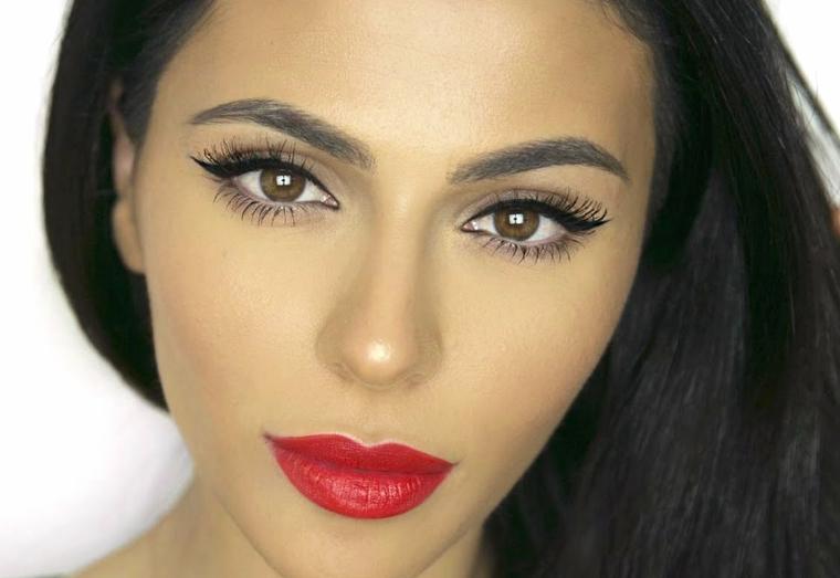 come valorizzare gli occhi marroni utilizzando dell'eye liner nero e del mascara allunga ciglia