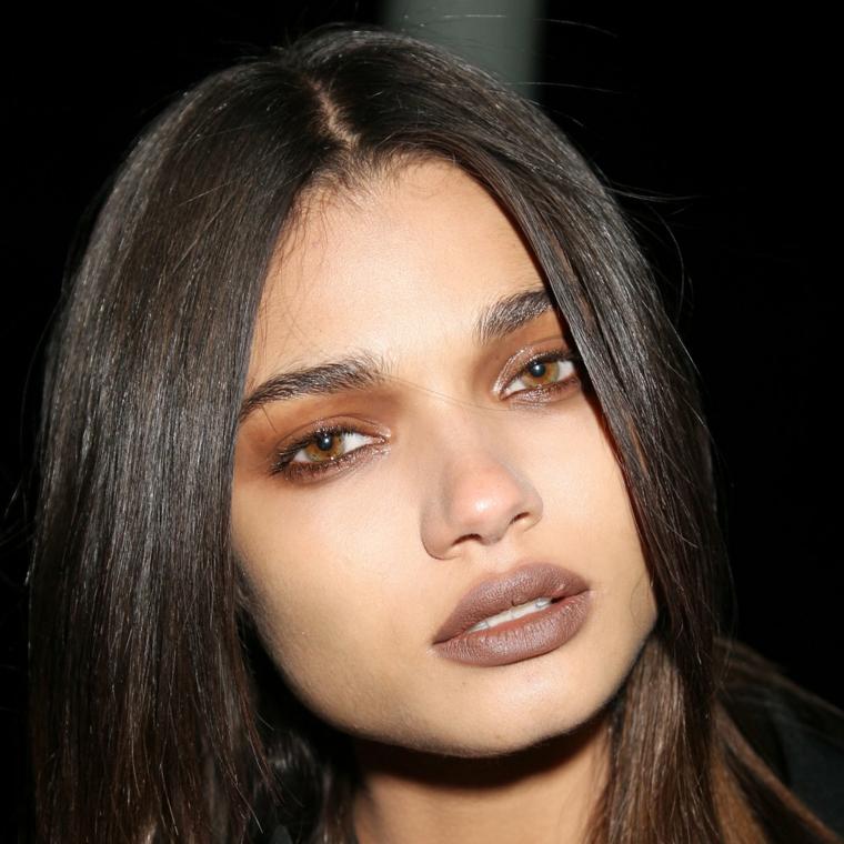 makeup occhi marroni, idea realizzata con dell'ombretto marrone chiaro su tutto la palpebra