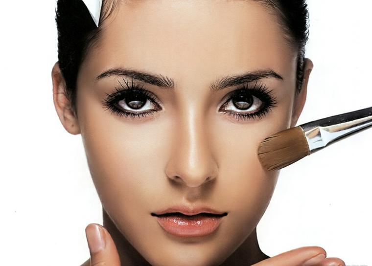 makeup occhi castani, idea per rendere gli occhi tondi a mandorla usando la matita nera all'interno