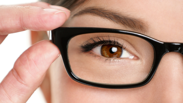 truccare occhi marroni solo applicando della matita nera nella parte superiore dell'occhio