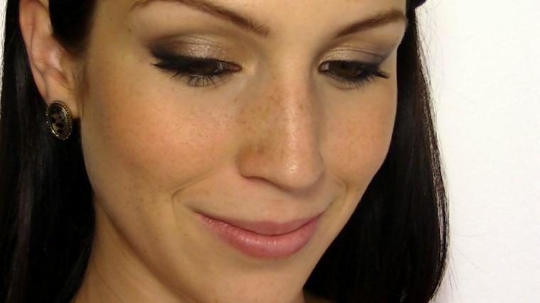makeup per gli occhi color nocciola realizzato con dell'ombretto perlato color oro e marrone