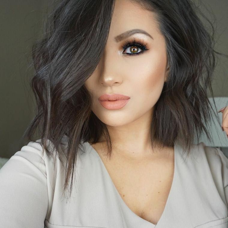 trucco occhi marroni, idea per un makeup realizzato con della matita nera e dell'ombretto marrone