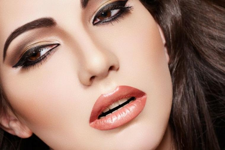come truccare gli occhi marroni, makeup sofisticato con una riga spessa di eye liner e matita nera sotto gli occhi