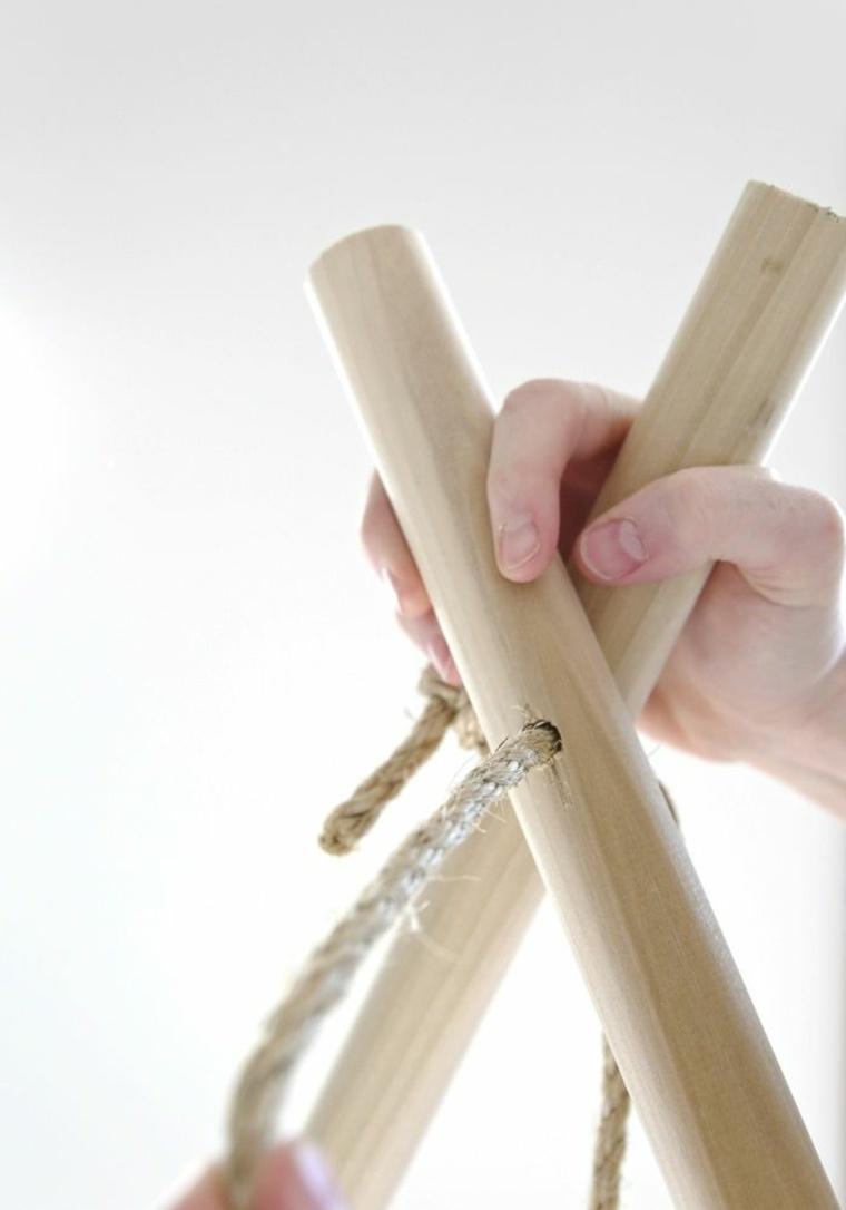 Riciclo creativo per la costruzione di una tenda per bambini, pezzi di legno messi a X