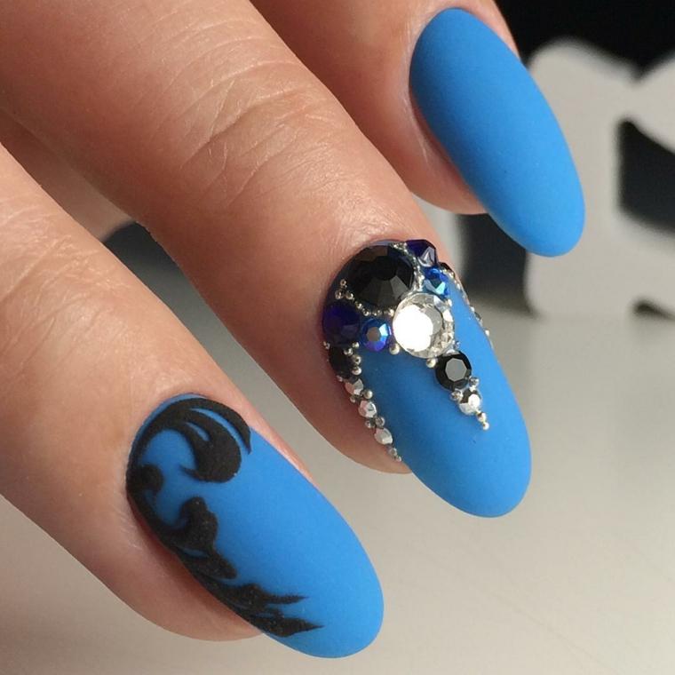 Disegni facili per unghie di colore blu con brillantini e un accent nail di colore nero ruvido