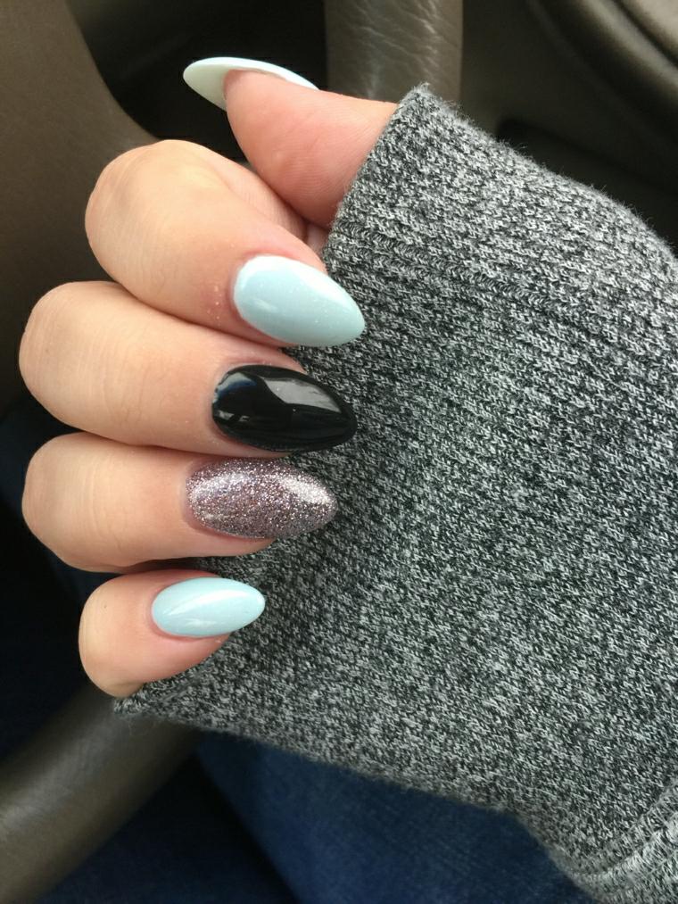 Decorazione unghie con smalto glitter di colore grigio e forma stiletto di media lunghezza