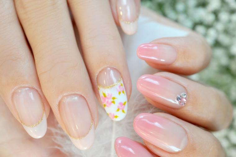 Disegni facili da fare, unghie a mandorla di colore trasparente con uno accent nail motivi floreali e brillantini