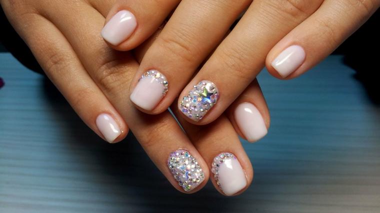 Smalto estivo di colore rosa con brillantini, forma delle unghie quadrate e corte
