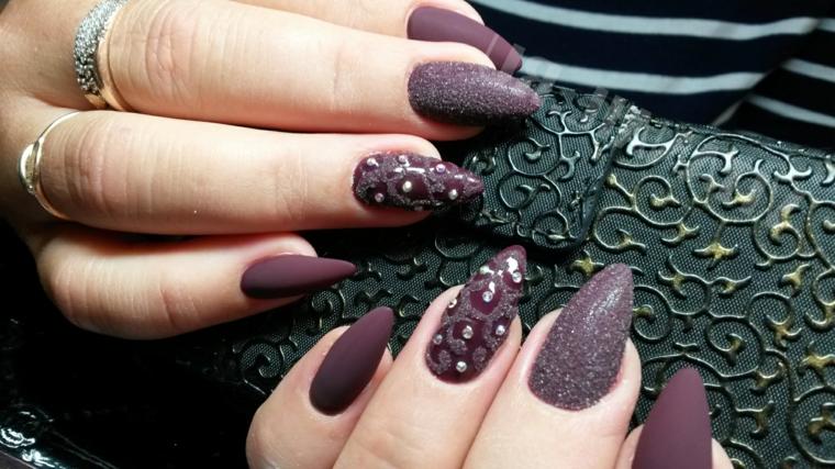 Disegni facili da fare, unghie a mandorla di colore viola con brillantini