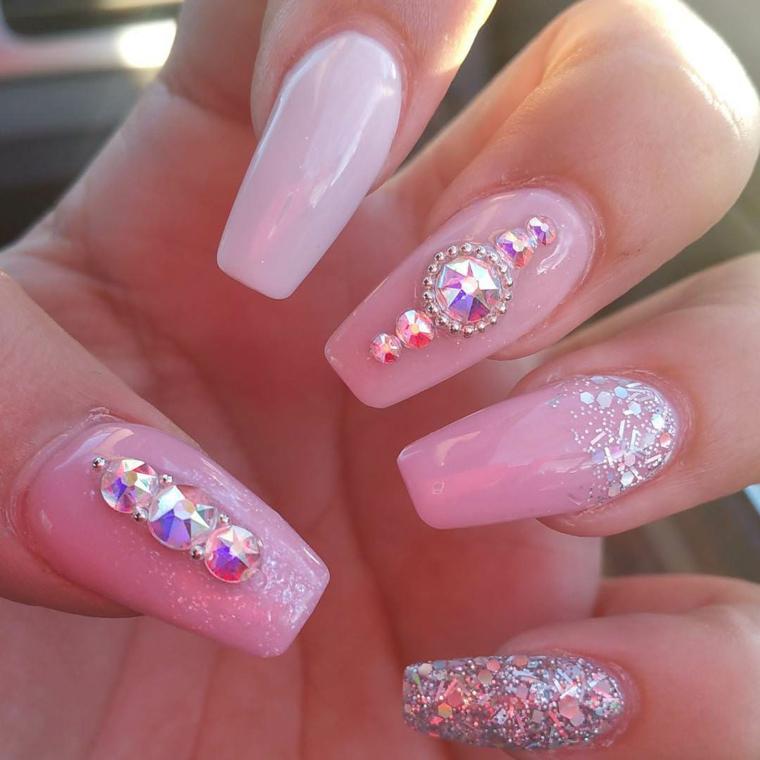 Smalto gel di colore rosa con decorazioni brillantini, paillettes e glitter