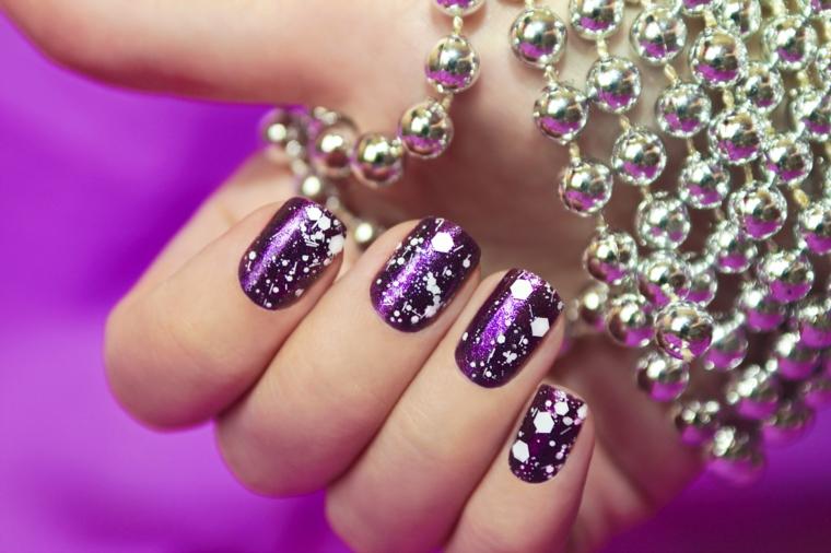 Decorazioni con macchie di colore bianco per unghie dipinte di viola glossy