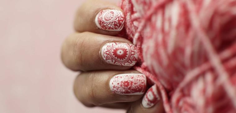Disegni facili da fare per le unghie, mandala di colore rosso su una base bianca