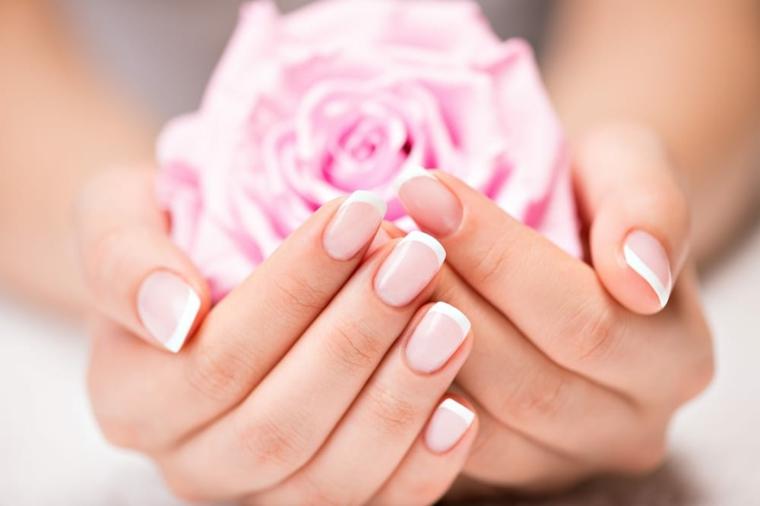 French manicure classica su unghie corte e quadrate, idea elegante con decorazione rosa