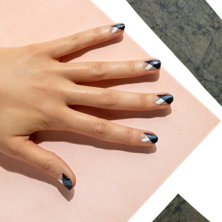 Disegni facili per unghie dalla forma a mandorla corte, smalto gel di colore blu scuro, bianco e trasparente