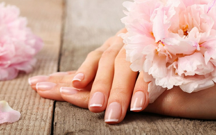Unghie decorate per l'estate, idea per una french manicure su unghie corte dalla forma quadrata