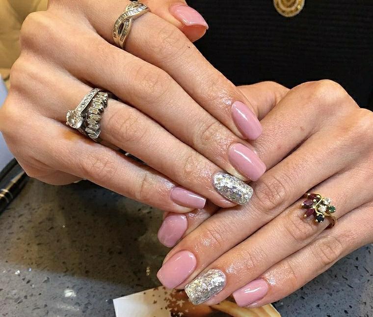 Unghie gel decorazioni semplici, smalto rosa con accent nail sull'anulare argento glitter