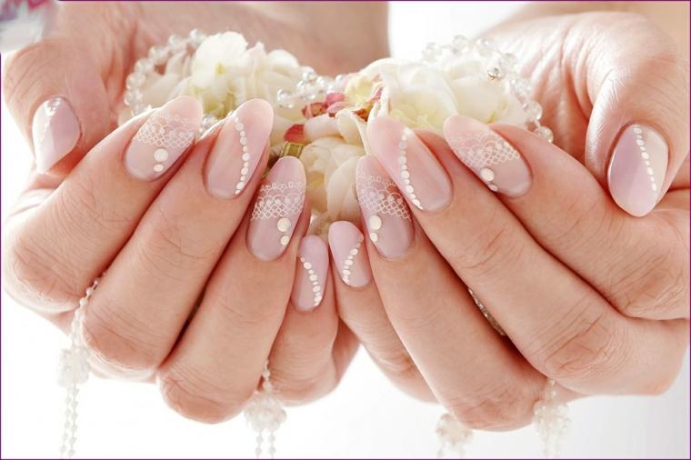 Disegni facili, unghie a mandorla di colore rosa con pizzo e brillantini
