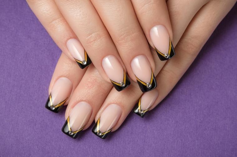 Unghie nail art di colore trasparente per una french dal design moderno, forma quadrata