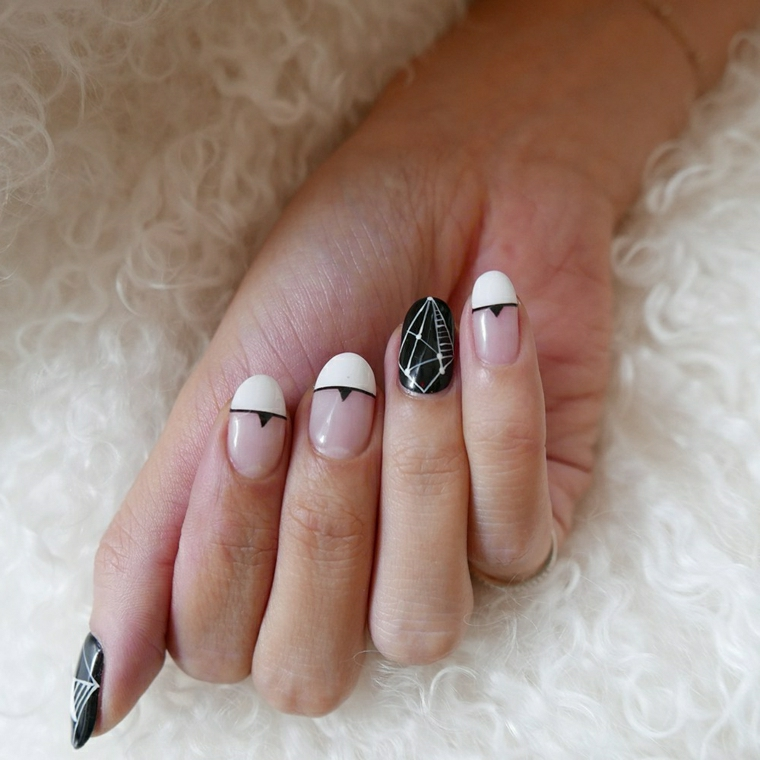 French manicure di colore bianco con linea nera e base trasparente