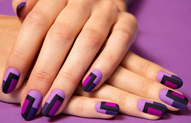 Decorazioni unghie di colore viola e nero, forma a mandorla molto elegante e pratica