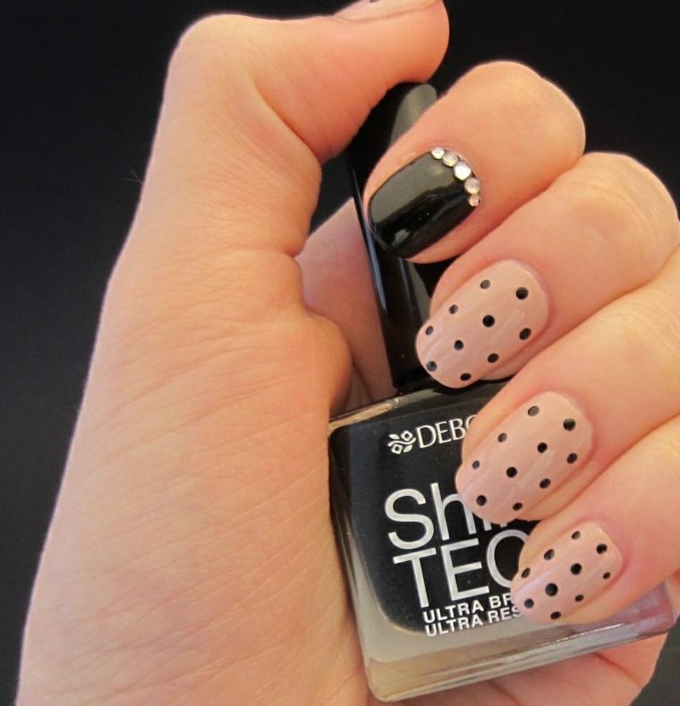 Decorazioni unghie gel di colore rosa con puntini neri, accent nail indice smalto nero e brillantini