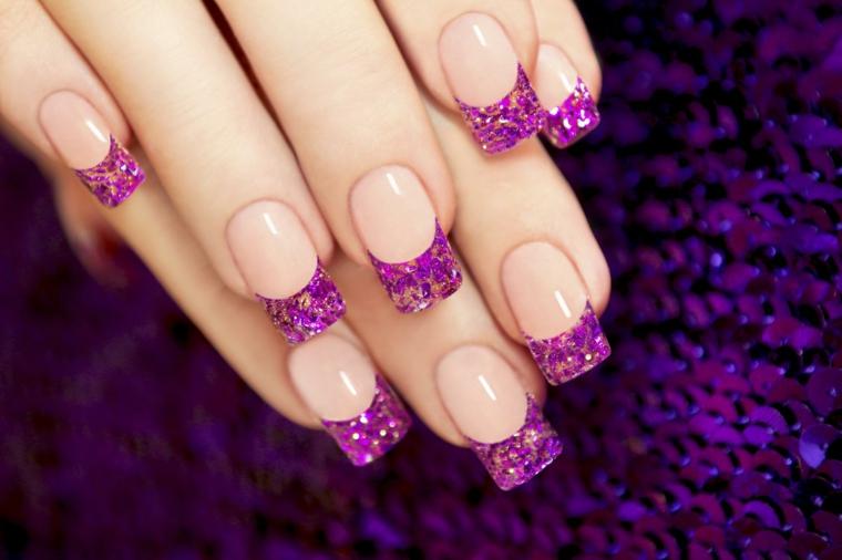 Unghie decorate, idea con una french di colore viola glitter su una base beige chiara