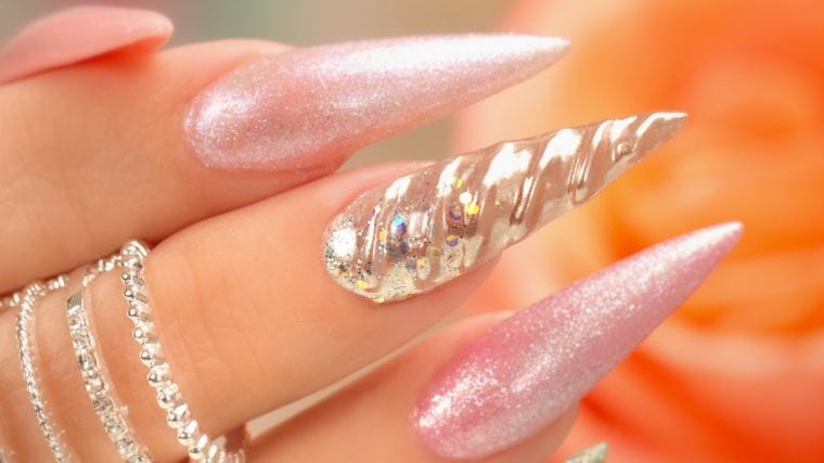 Forma a stiletto per delle unghie rosa glossy effetto unicorno
