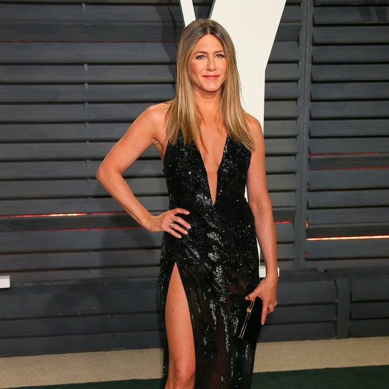 Elegante vestito nero per Jennifer Aniston con decoltè a V e caepelli biondi lisci