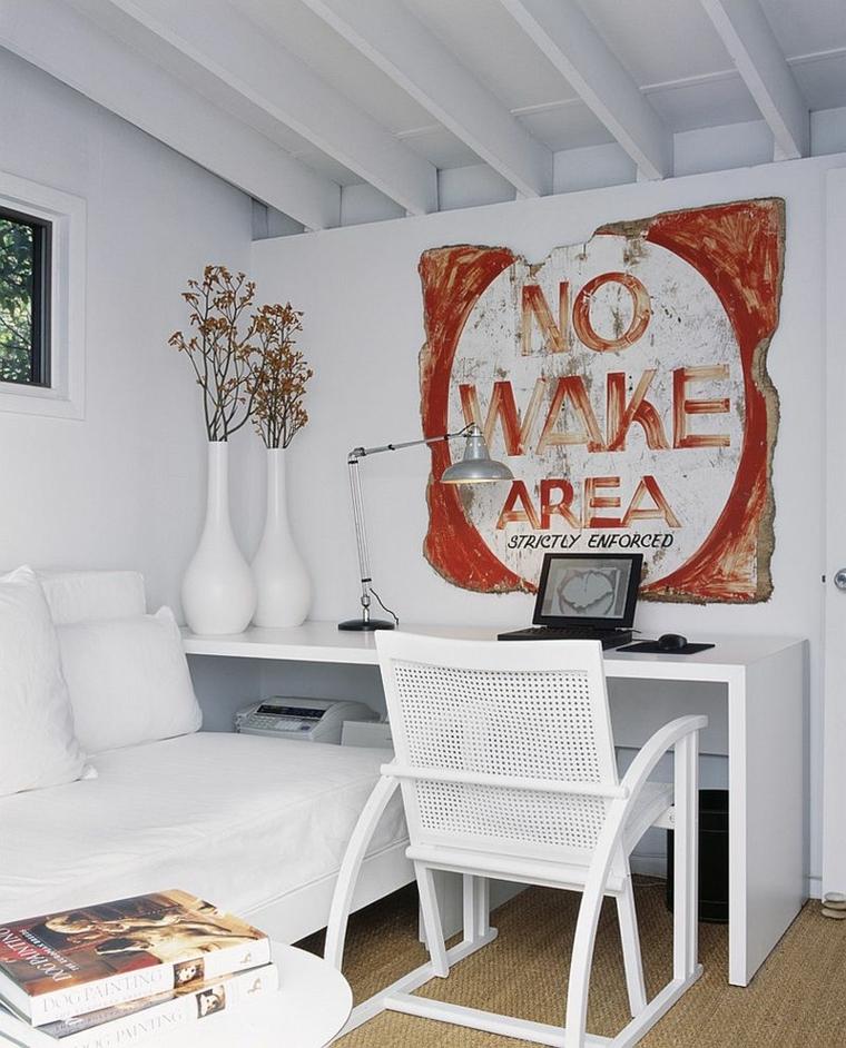 Ufficio in casa arredato e decorato in stile shabby chic con mobili in legno di colore bianco