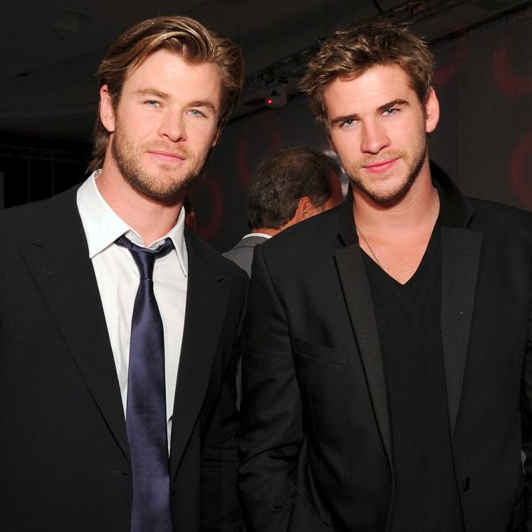 I fratelli Chris Hemsworth e Liam Hemsworth vestiti in modo elegante, gli uomini più belli del mondo