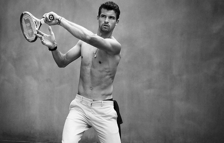 Il tennista bulgaro Grigor Dimitrov, racchetta da tennis in mano, abbigliamento casual con un pantalone bianco chino