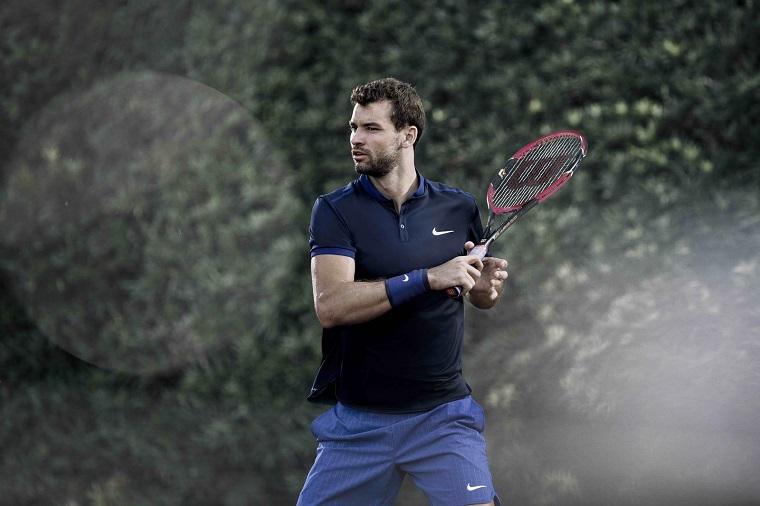 Il tennista bulgaro Grigor Dimitrov in tuta sportiva, racchetta da tennis in mano