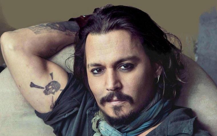 Gli uomini più belli del mondo, Johnny Depp casual con tatuaggi sul braccio e capelli lunghi