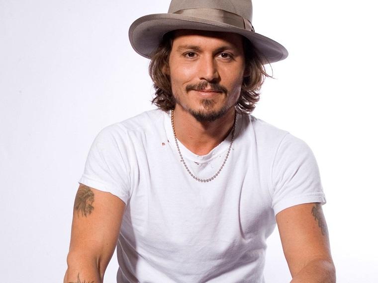 Uomini affascinanti, Johnny Depp con una t-shirt bianca e un cappello