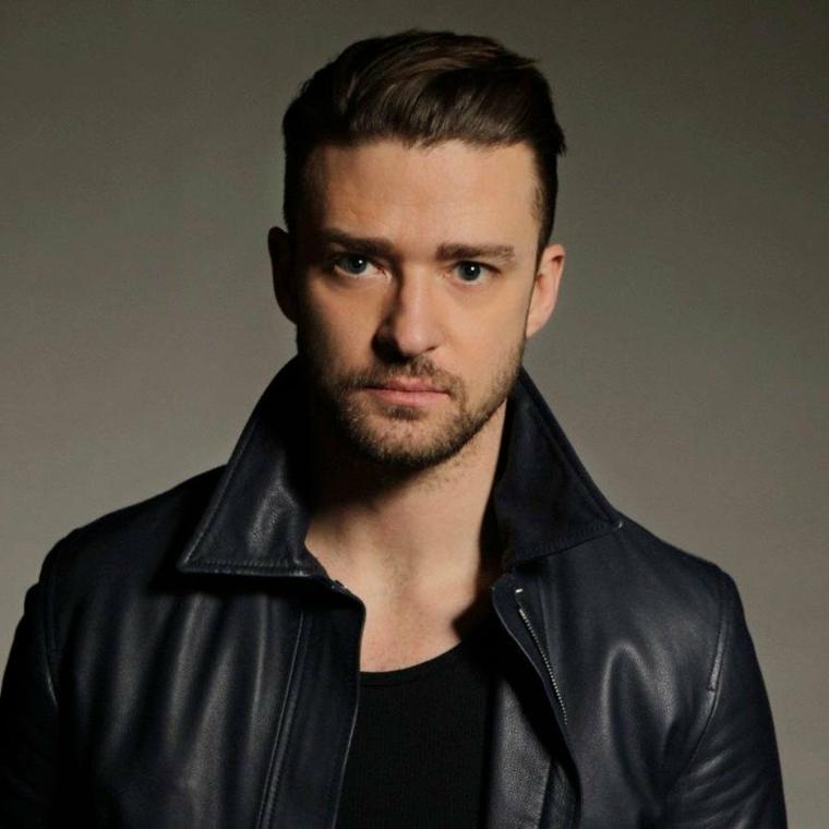 Il cantante Hustin Timberlake con una giacca di pelle e acconciatura pompadour