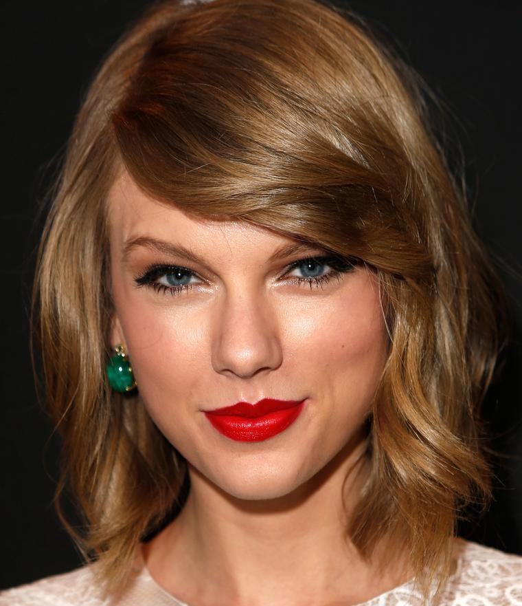 L'acconciatura elegante di Taylor Swift di colore biondo cenere con riga laterale e leggere onde