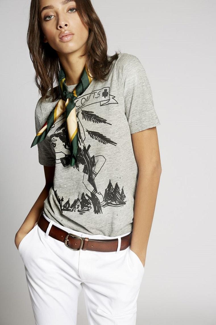 Combinazione t-shirt con pantaloni bianchi chino, abbinamento colori vestiti