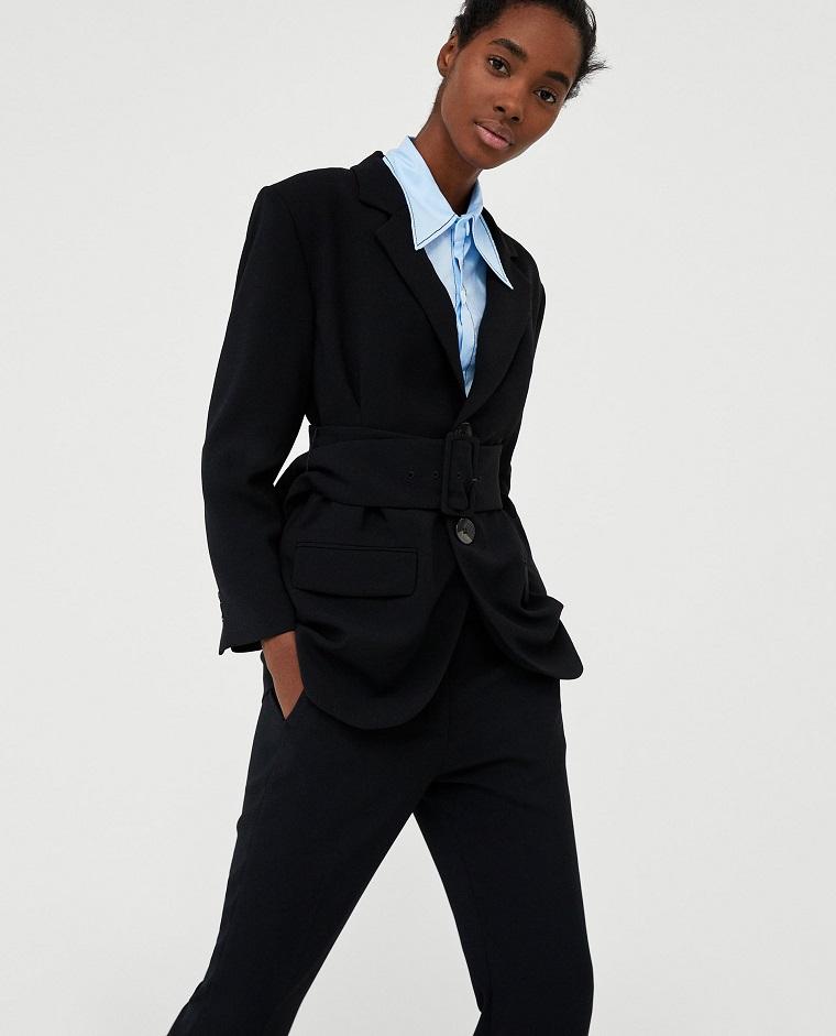 Come vestirsi bene in modo elegante, pantalone nero con giacca e camicia blu