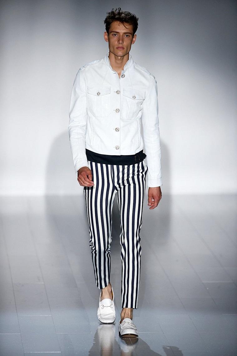 Pantalone uomo bianco e nero con giacca in jeans, abbinamento vestiti alla moda