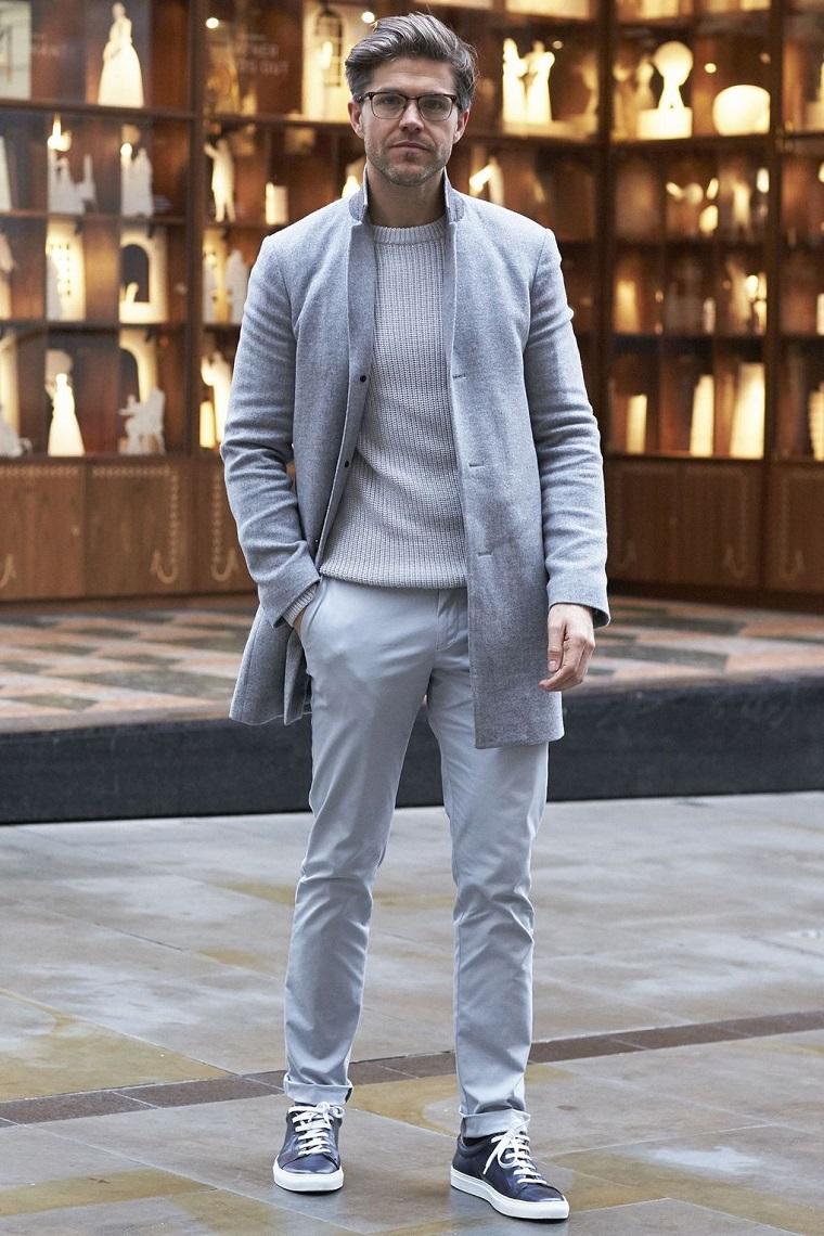 Abbinamento colori vestiti uomo in grigio, pantalone dritto e maglione, cappotto di media lunghezza