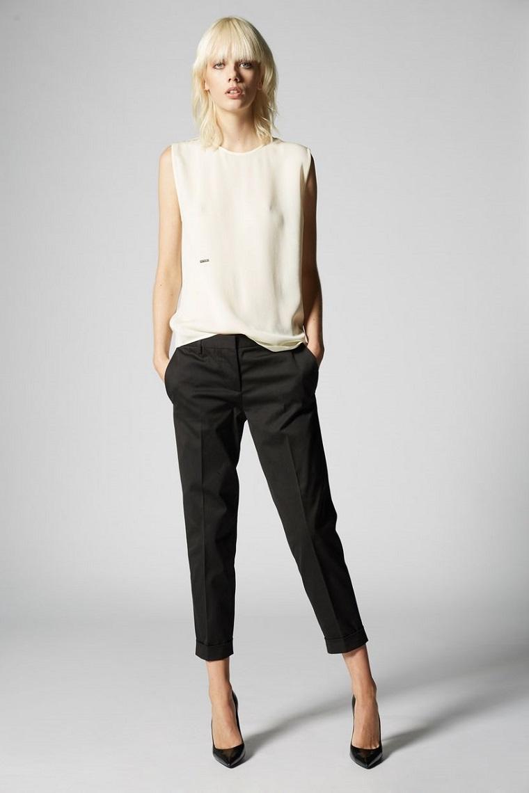 Pantalone chino di colore nero con top bianco fluido, creare vestiti in abbinamento alle scarpe