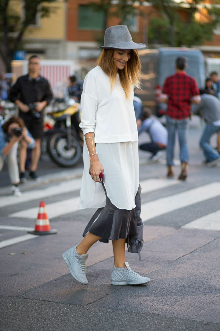 Maglia di colore bianco a due strati, creare vestiti e abbinarli alle scarpe e alla borsa