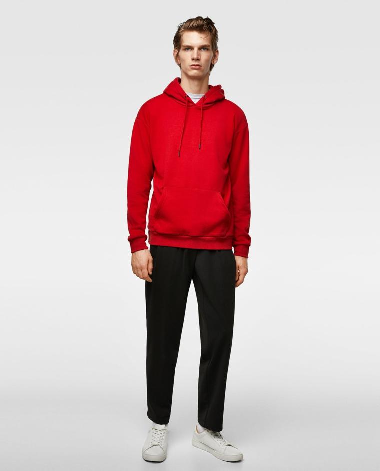 Idea abbigliamento uomo casual, pantalone fluido nero e felpa di colore rosso
