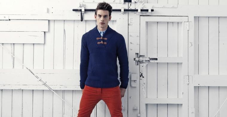 Abbinamento colori vestiti uomo, pantalone bordeaux e maglione blu navy