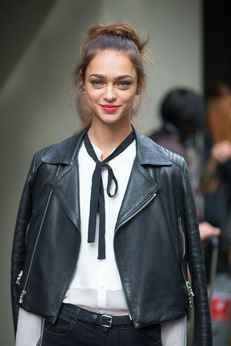 Creare vestiti, giacca di pelle nera in abbinamento ad una camicia bianca elegante