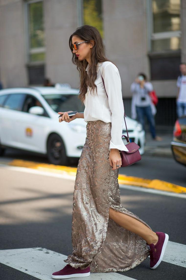 Abbinare la gonna lunga con spacco ad una camicia bianca, scarpe da ginnastica di colore bordeaux